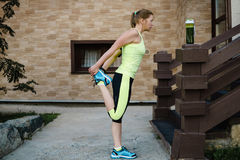 Бежать протягивающ бегуна делая подогрев перед марафоном Стоковые Фото