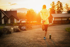 Бежать протягивающ бегуна делая подогрев перед марафоном Стоковое фото RF