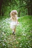 Бежать прочь в пути леса самостоятельно Стоковое фото RF