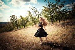Бежать через поле Стоковые Фотографии RF