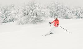 Бежать лыжника молодой женщины покатый на piste лыжи стоковое изображение rf