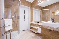 Бежевая ванная комната с ливнем Стоковые Изображения