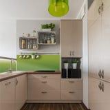 Бежевая мебель в кухне Стоковая Фотография