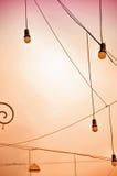 Бежевая предпосылка с электрическими лампочками Стоковые Фотографии RF