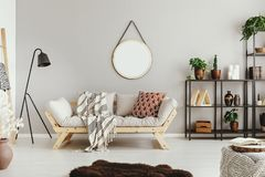 бежевая стена в стильной комнате прожития boho с элегантными софой и ковром неистовства стоковые изображения