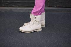 Бежевые ботинки холста стоковые фотографии rf