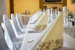 Бежевые декоративные бумажные салфетки на таблице свадьбы Стоковые Фотографии RF