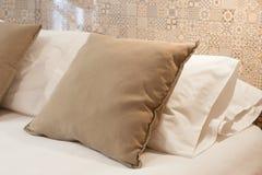 Бежевые подушки на кровати Стоковое Изображение
