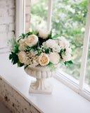 Бежевые розы в античной вазе стоковые изображения