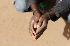 Беженец в символе Ливии - концепции рабства с чернокожим человеком стоковые фотографии rf