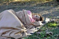 Беженец женщины спать на том основании покрытый с половиком стоковое изображение rf