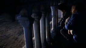 Беженцы детей против фона взорванных домов Война сток-видео
