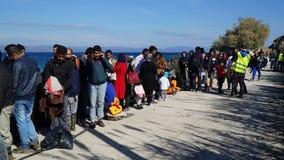 Беженцы ждать шину для того чтобы расположиться лагерем Стоковое фото RF