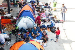 Беженцы и переселенцы, который сели на мель на Keleti Trainstation в бутоне стоковые изображения