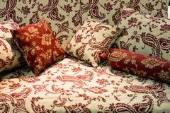беж pillows красная нежность софы Стоковое Изображение
