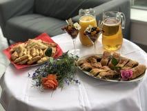 Безалкогольная таблица шведского стола с легкими закусками и канапе стоковые изображения rf