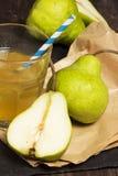Безалкогольный напиток груши с кубами льда на деревянной деревенской предпосылке Стоковое Изображение RF