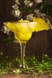 Безалкогольный напиток плодоовощ ананаса с льдом на деревянной предпосылке и цветках Стоковое Изображение RF