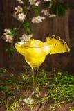 Безалкогольный напиток плодоовощ ананаса с льдом на деревянной предпосылке и цветках Стоковые Фотографии RF