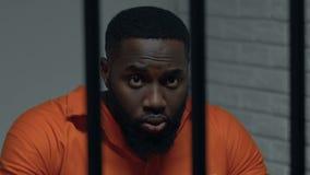 Безвыходный Афро-американский пленник в смертной казни индивидуальной клетки ждать сток-видео