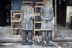 2 безглавых ратника терракоты на рынке дороги Dongtai античном, Шанхае Стоковая Фотография