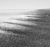 Безграничность пляжа на туманном пляже гонта в Корнуолле, Великобритании стоковые фотографии rf