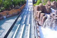 Безграничность понижается действие рельса ждать на тематический парк Seaworld стоковая фотография