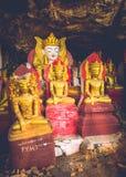 Безглавый Будда на входе пещеры стоковое фото
