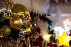 Безделушки рождества вися с освещением играют главные роли на заднем плане Стоковое фото RF