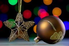 Безделушки рождества в коробке против предпосылки lig рождества Стоковое Фото