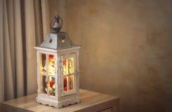 Безделушки рождества и золотые fairy света в фонарике Стоковое Изображение