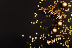 Безделушки deco красивого рождества золотые серебряные на предпосылке темной черноты стоковая фотография rf