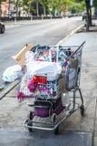 Бездомная корзина человека вполне пожитков стоковое изображение rf