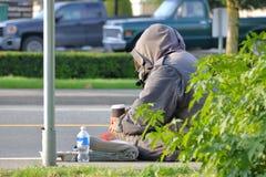Бездомная персона улицы на улице стоковые фотографии rf