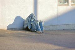 Бездомный человек находя комфорт стоковое изображение rf