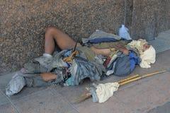 бездомный человек спит улица Стоковые Изображения RF