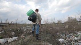 Бездомный человек стоя на холме отброса на месте сброса акции видеоматериалы