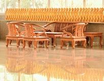 Беззастенчивая богиня пощады и деревянных стульев Стоковая Фотография RF