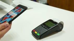 Безконтактная оплата используя мобильный терминал сток-видео