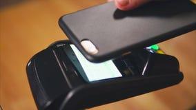 Безконтактная передвижная оплата через стержень банка сток-видео
