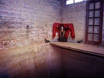 Безликая девушка клоуна сидя в угле Стоковая Фотография RF