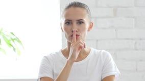 Безмолвие пожалуйста, палец на губах красивой молодой женщины, портрета Стоковая Фотография