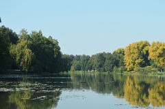 безмолвие места природы ландшафта озера рыболова красотки Стоковые Изображения RF