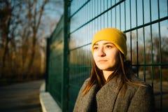 Портрет женщины на заходе солнца Безмятежность, на открытом воздухе и размышляющ концепция стоковое изображение