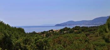 Безоблачное голубое небо отразило в неподвижное среднеземноморском в заливе St Tropez стоковые фото