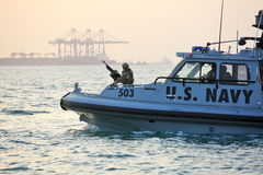Безопасность АМЕРИКАНСКОГО ФЛОТА inshore патрулируя в порте Джибути стоковое изображение rf