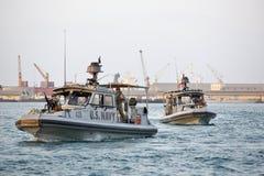 Безопасность АМЕРИКАНСКОГО ФЛОТА inshore патрулируя в порте Джибути стоковые фото
