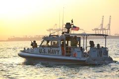Безопасность АМЕРИКАНСКОГО ФЛОТА inshore патрулируя в порте Джибути стоковое фото rf