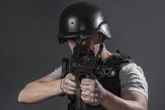 Безопасность, игрок спорта пейнтбола нося защитное aimin шлема стоковое изображение