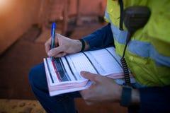 Безопасность инспектора шахтера конструкции проводя проверяя на анализе опасностей работы на горячем разрешении на работу перед з стоковое фото rf